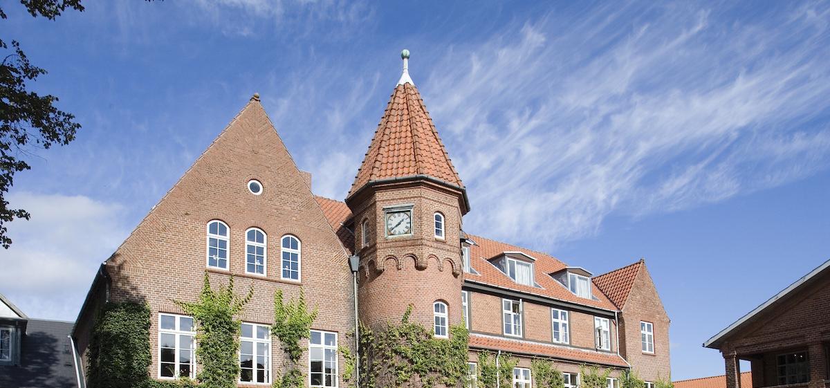 Hovedbygningen med tårnet på Dalum Landbrugsskole